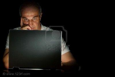 Chao hasta la vuelta...-http://mimind.files.wordpress.com/2010/09/5305104-un-hombre-de-negocios-masculino-para-trabajar-en-su-computadora-por-la-noche.jpg